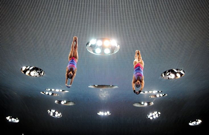 Las fotos más curiosas del deporte, Las alemanas My Phan y Maria Kurjo durante la competición de salto sincronizado en los Campeonatos de Europa que se disputan en Londres