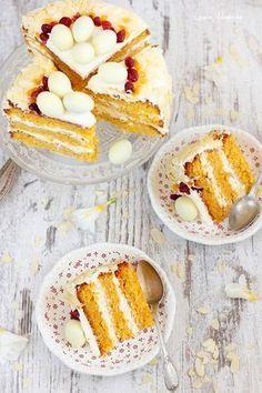 Tort de morcovi cu crema de unt si creme fraiche. Prajitura cu morcovi si crema. Tort cu blat umed de morcovi. Ingrediente si preparare tort de morcovi.