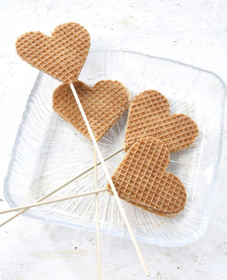 Stroopwafels zijn lekker! Maar wist je dat je er ook een leuke traktatie van kunt maken? Deze hartjes zijn zo gemaakt. Dit heb je nodig: Stroopwafels Koekvormpjes Satéprikkers Zo maak je het: Steek met een koekvormpje hartjes uit de stroopwafels…