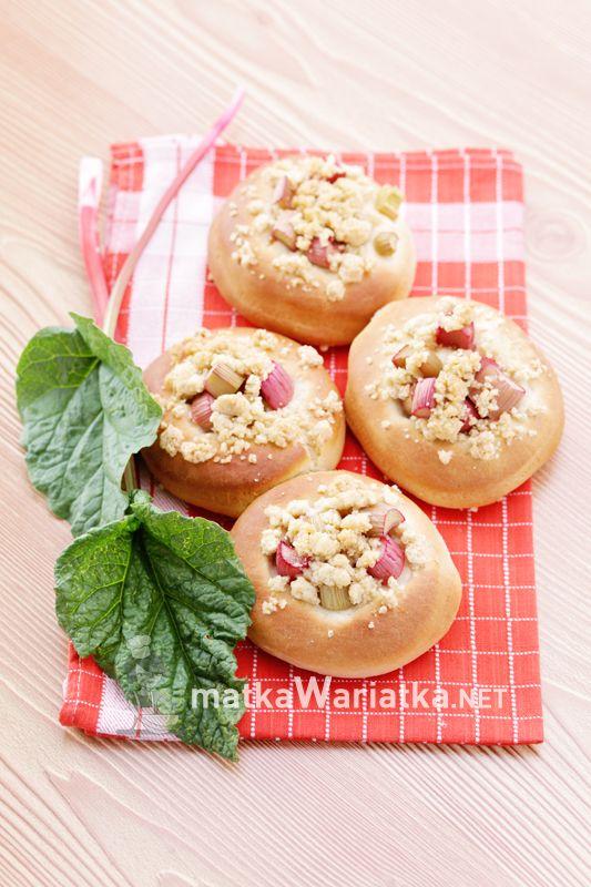 rhubarb :)  http://www.matkawariatka.net/2014/04/drozdzowki-z-rabarbarem-i-kruszonka/