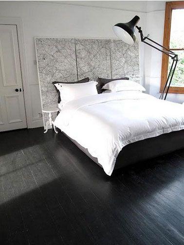 chambre parquet noir tête de lit carte noir et blanc