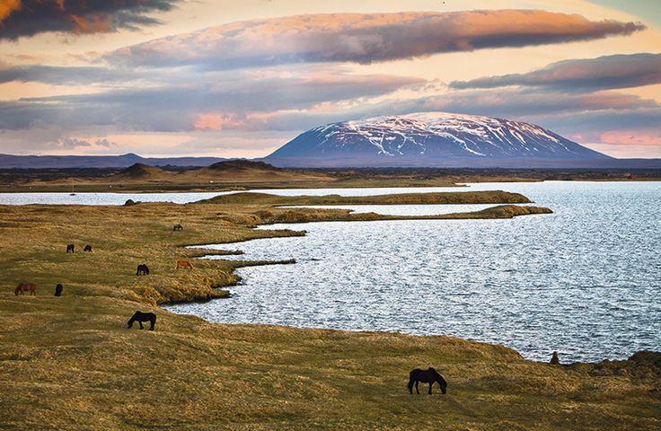 El lago Myvatn es uno de los escenarios más surrealistas de Islandia, con caprichosas formas volcánicas que crean un clima onírico lleno de calma.