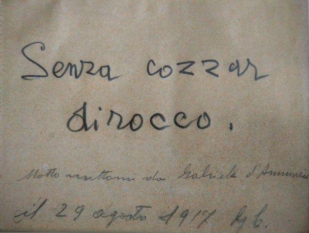 """Il 1917 fu per d'Annunzio l'anno delle grandi missioni da """"capronista"""", condotte in particolare come osservatore sul trimotore Caproni con matricola 2378 – il cosiddetto """"Asso di Picche"""". Il 29 agosto, d'Annunzio consegnava a Caproni il piccolo biglietto autografo con il motto che da allora avrebbe sempre accompagnato l'attività dell'ingegnere: """"Senza cozzar dirocco"""" [continua]. Fonte: Gabriele d'Annunzio Aviatore, AA.VV., Museo dell'Aeronautica Gianni Caproni, 2014"""