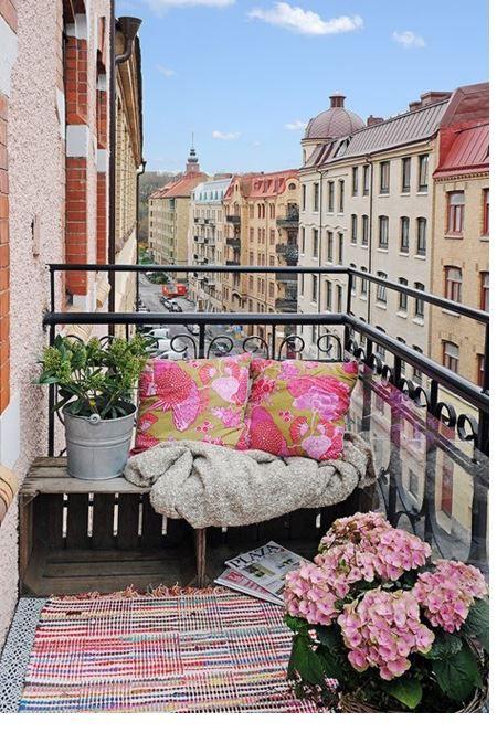 Balkonun temiz ve düzenli olması dekorasyon için önemli olan şartlardan birisidir. Bahsedeceğimiz tüyolar ile yaz aylarında balkonunuzu daha güzel bir hale getirebilirsiniz.