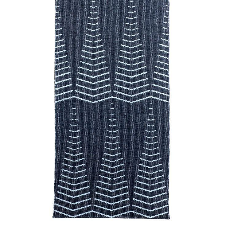 Berg teppe fra Varg Designkollektiv. Et flott, enkelt og funksjonelt teppe produsert i plast fra Gis...