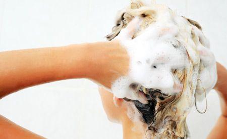 Die einfachste und gesündeste Möglichkeit, Haar und Kopfhaut zu pflegen, ist das Waschen mit Lavaerde, die es in Bioläden zu kaufen gibt. Ma...