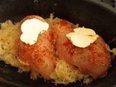 Kuracie prsia vobec nie su suche, kysla kapusta je stavnata a ja som sa paradne najedla. Čas prípravy: 50 min + priprava Počet porcií (kusov): 2 porcie....1 porcia 2153 kJ (vratane 100 g zemiakovy...