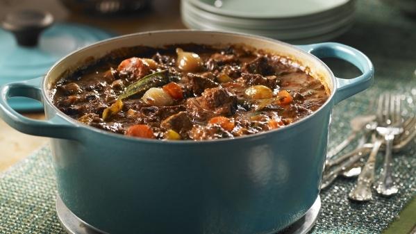 CERF BOURGUIGNON (Pour 12 P : 1 kg de cerf, 1 kg de bœuf, 6 cl d'huile d'olive, 2 oignons, 25 cl de sirop d'érable, 50 cl de vin rouge, 75 cl de fond de veau, 45 ml (3 c à s) de concentré de tomate, 2 gousses d'ail, 2 feuilles de laurier, 5 ml (1 c à thé) de romarin frais, sel et poivre blanc, 1 foie gras de canard de 500 g 1 foie gras de canard de 500 g, 500 g de champignons de Paris, 375 g d'oignons, 2 carottes, 2 céleri, persil)