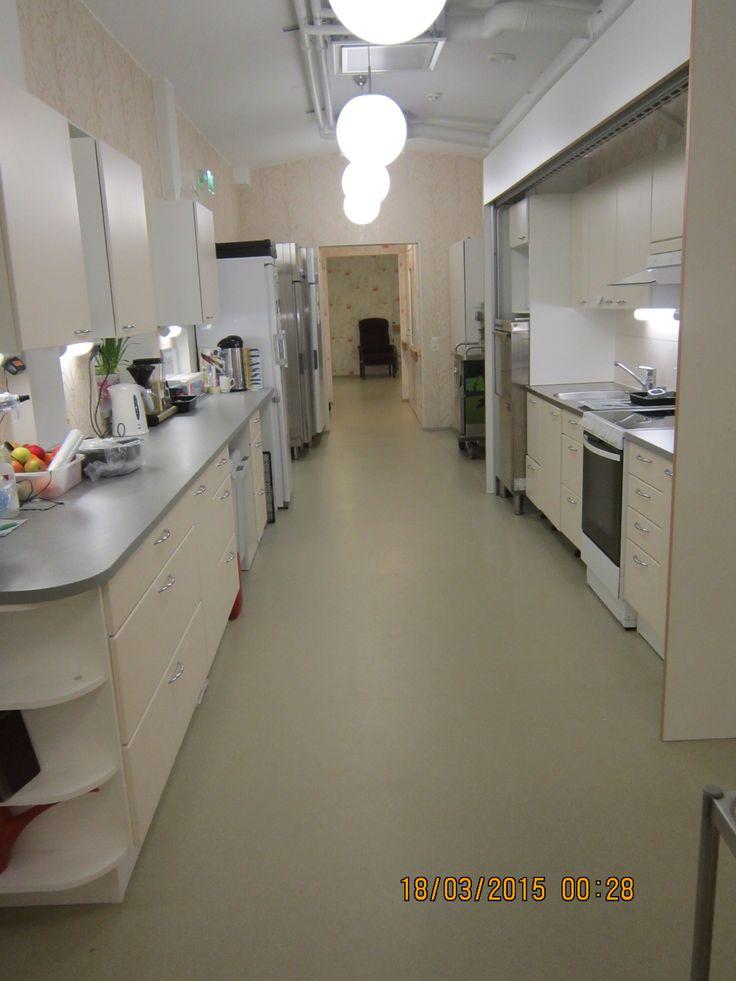 Nikulassa on keittiötila, jossa teemme aamupalan ja iltapalan asukkaille. Lounas ja päivällinen tulevat Toimintakeskuksen puolelta tuotuna, kotiruokana. Viikonlopun ruoat ovat siten valmiita, että ne lämmitetään Nikulan puolella Metos ruokailuvaunussa.