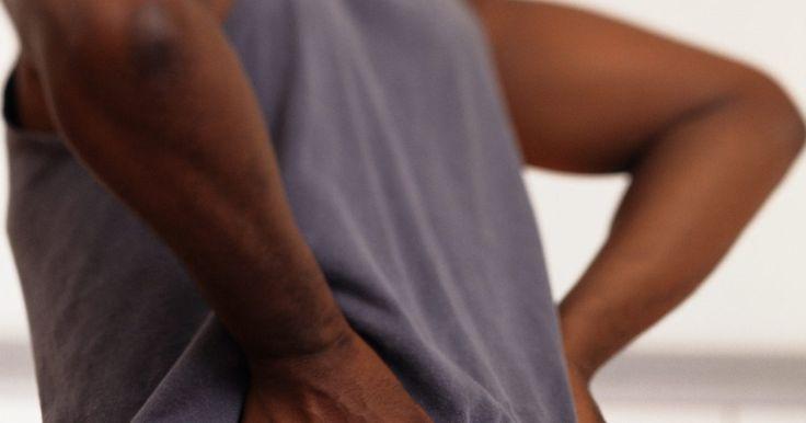 Como tratar dores do nervo ciático. O nervo ciático começas na altura das suas nádegas e percorre toda a parte de trás da sua perna. Se há alguma forma de perturbação ao nervo, como uma hérnia de disco, ou apenas uma noite dormida em uma posição desconfortável, você pode sentir uma dor que segue o seu trajeto. Dores no nervo ciático (chamada de dor ciática) podem ser incapacitantes ...