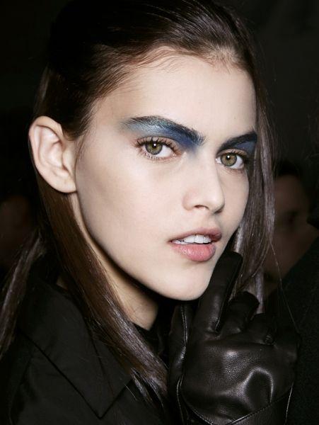 Blauw oog @ Todd Lynn a/w 2014Van metallicgouden eyeliner tot een opvallende blauwe oogschaduw: glitter en glans is hot >| ELLE