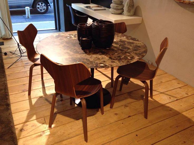 Table Tulip – KNOLL Design Eero Saarinen Dim: Ø120xH73cm Piètement epoxy noir – plateau marbre marron Prix: 5 376€ - SOLDE -25% = 4000,00 €  Chaise Grand Prix– FRITZ HANSEN  Design Arne Jacobsen  Dim : H : 46,5cm – piètement en bois et coque noyer Prix : 613€ TTC - SOLDE - 30% = 430,00 €
