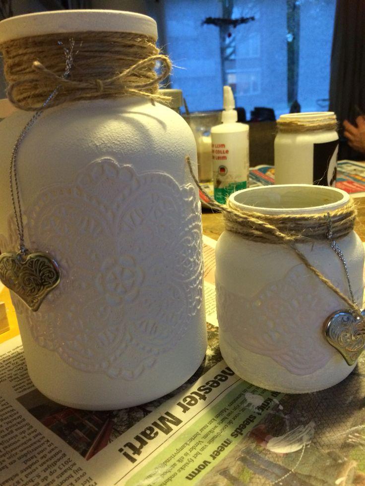 Oude pot met kanten placemats van de action beplakt en geschilderd met gesso