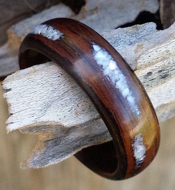 Meine Ringe Bentwood beginnen mit einem sehr dünnen Streifen schöne Hartholz, das gedämpft und um sich selbst mehrfach laminiert. Diese sind sehr leicht und dennoch haltbare Holz Ringe und sie dauern lange. Die Methode, mit deren Erstellung machen sie sehr haltbar, und der Biegeprozess erlaubt auch das Holz einzigartige natürliche Schönheit die ganze Band mit keine freiliegenden Ende Gran überspannen. Dann ich Schnitt und der Leim in alle Intarsien, wenn die Gestaltung es erfordert…