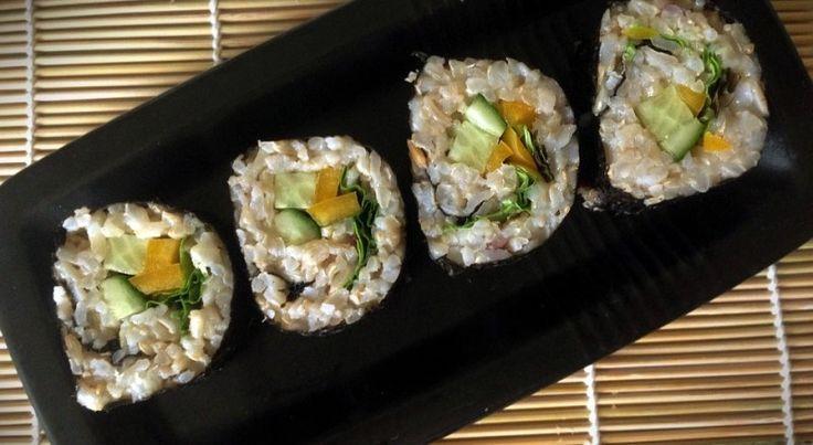 Вегетарианские роллы с коричневым рисом. Рецепт полезных роллов с овощами. В них нет очищенного белого риса, белого сахара и других не полезных добавок. Только польза! По вкусу ничем не уступают классическим роллам.  Подробный рецепт здесь: http://ecofit.club/vegetarianskie-rolly/ #rolls #vegetarianrecipe #recipe #healthyfood #рецептыecofitclub