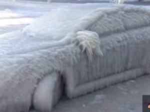 En pleine vague de froid, des voitures transformées en blocs de glace !!! • Hellocoton.fr