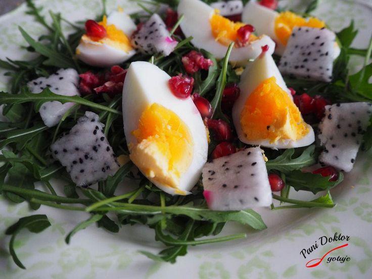 Sałatka z jajkiem, rukolą, pitają i granatem