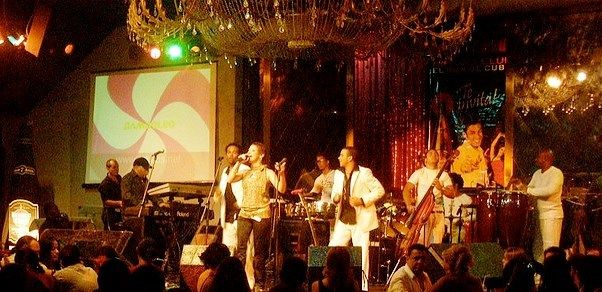 Il triplo CD è una monumentale raccolta dello stile musicale contemporaneo afro-cubano con salsa. Questo genere musicale è noto come la Timba. Timba La parola Timba deriva dalle parole africane Imbi e Ingi che si sono diffuse nel mondo latinoamericano....