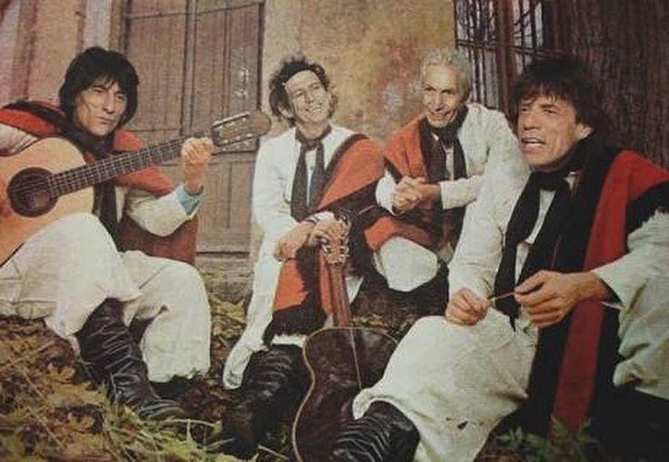::Especial Dia do Rock::  Reportagem exclusiva  Antes do sucesso mundial, Mick Jagger e sua trupe fizeram muito bailão nos arredores de Rondinha. Os Rolling Stones não nasceram na Inglaterra como todo mundo pensa. Foi numa viagem de intercâmbio de Mick e Keith para o interior do Rio Grande do Sul que nasceu a banda.  Influenciados por bandas de sucesso como Os Monarcas e Os Serranos, Mick e Keith decidiram jogar tudo pro alto e investir na música. Fontes revelam que foi assistindo um show do…