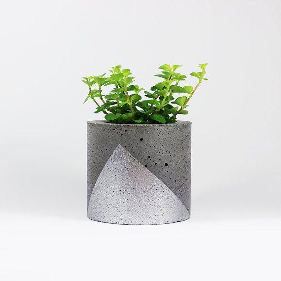 pot pour mini plante en b ton gris fonc triangle argent fait main medium minis des. Black Bedroom Furniture Sets. Home Design Ideas