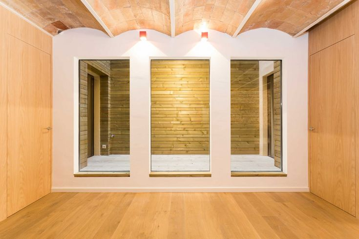 Size made oak panel lateral wardrove and natural oak big size slize floor. Portaferrissa apartment by Ambit Arquitectes in Gothic Quarter, Barcelona