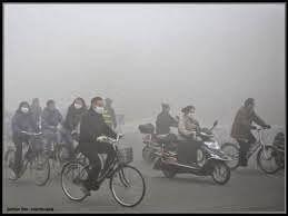 AIRLIFE te dice. Uno  de los efectos principales provocado por la contaminación ambiental  es el debilitamiento de la capa de ozono, que protege a los seres vivos de la radiación ultravioleta del Sol, debido a la destrucción del ozono estratosférico y  el calentamiento global provocado por el aumento de la concentración de CO2 atmosférico que acompaña a la combustión  de materiales fósiles.
