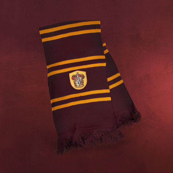 Zur Uniform eines jeden Gryffindor-Schülers in Hogwarts gehört unbedingt ein Schal mit dem Wappen seines Hauses. Und für einen jeden Harry Potter Fan ist der Gryffindor Schal eines der schönsten und praktischsten Fanaccessoires...