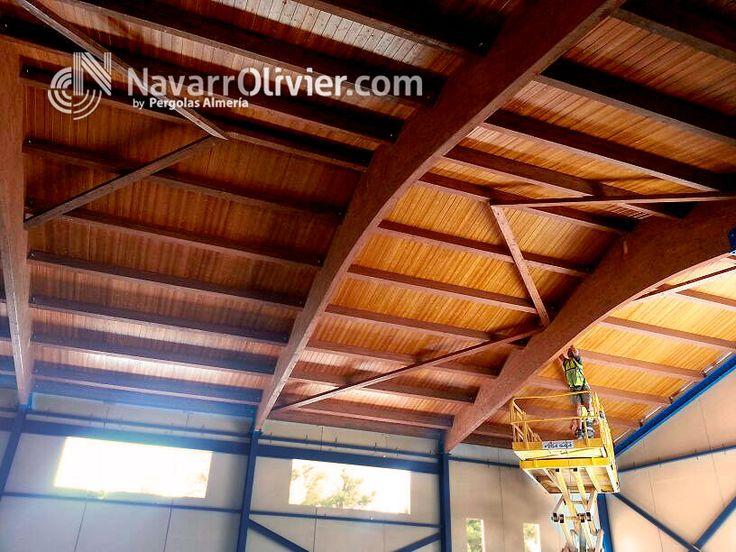 Montaje de cubierta construida en vigas de madera laminada con cubierta ventilada en panel sandwich. www.navarrolivier.com