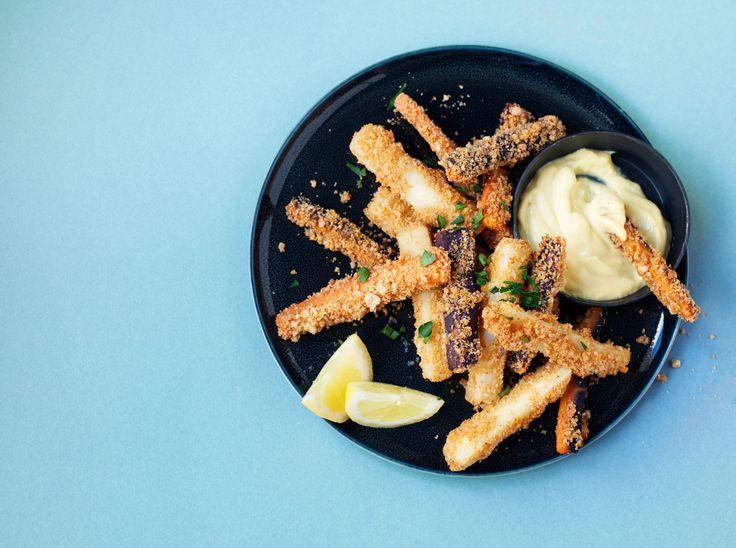 Frietjes hoeven niet alleen van aardappel gemaakt te worden. Deze wortel en pastinaak frietjes zijn minstens zo lekker! En extra lekker door de Pimentón, dit is een poeder gemaakt van gerookte paprika's en wordt veel gebruikt in de Spaanse keuken. Recept en producten bestel je makkelijk op ZTRDG.nl https://ztrdg.nl/recepten/bijgerecht/snack/borrel/friet/groenten