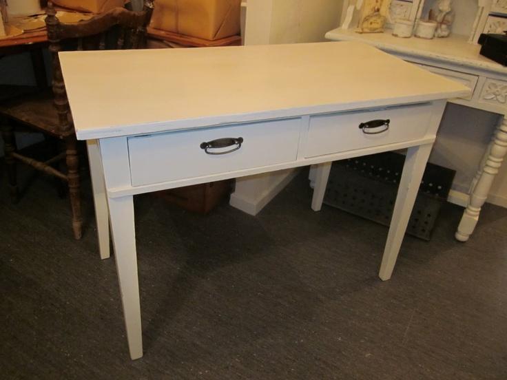 gammalt romantiskt och vitt: Skrivbord och bokhylla