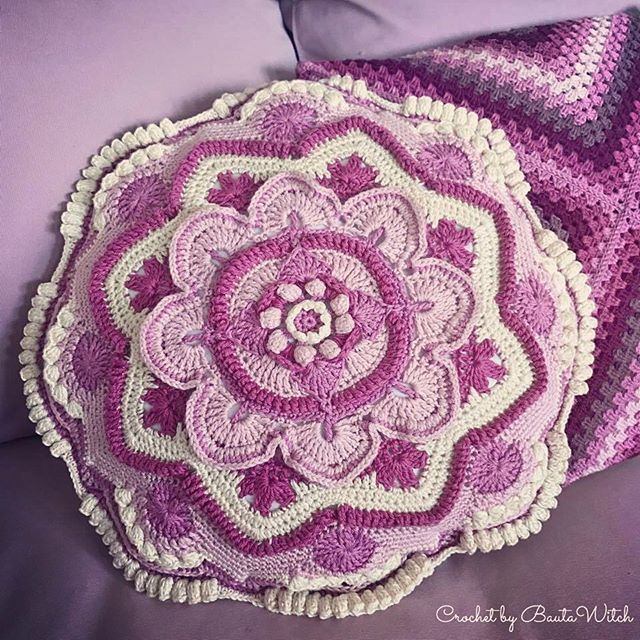 My beautiful Mandala Madness pillow is finished!  🌸 Learn more about how it's made in my blog, BautaWitch.se!  #mandala #virkning #virka #virkat #bautawitch #mandalamadness # mandalamadnesscal2016