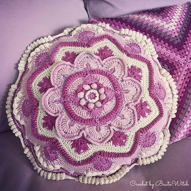 Min vackra Mandala Madness kudde är klar!  Läs mer om hur den är gjord i min blogg, BautaWitch.se! #mandala #virkning #virka #virkat #bautawitch #mandalamadness #mandalamadnesscal2016