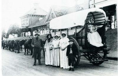 Die 100 jaar se herdenking van die Groot Trek in 1938. Talle Afrikaners het deelgeneem aan 'n heruitvoering van die trek. Hierbo is 'n foto daarvan soos geneem in Pietermaritzburg in 1938.