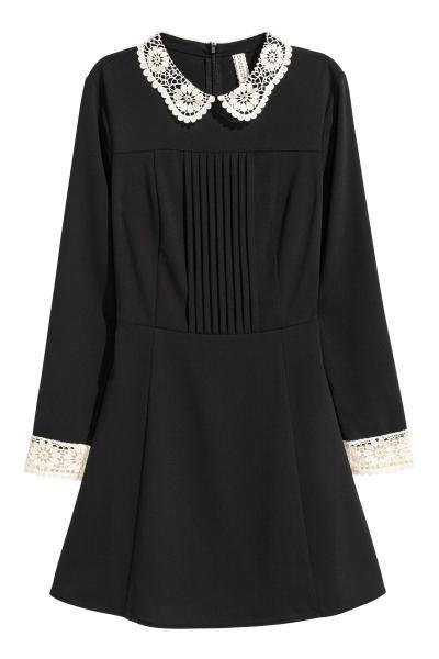 Jurk met kanten kraagje: Een korte jurk van geweven crêpekwaliteit met een kanten kraag en manchetten. De jurk heeft platte, ingestikte plooitjes bovenaan, lange mouwen, een blinde ritssluiting op de rug, een naad in de taille en een licht uitlopende rok. Ongevoerd.