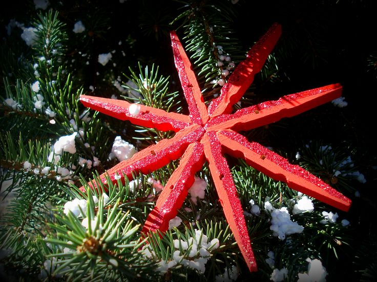 diy xmas ornaments, wooden pinches, red flake