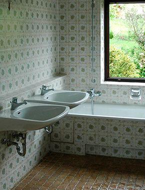 Renovierungsbedürftiges Bad vor dem Fliesen lackieren, Badewanne streichen.  #jaegerlacke #Badrenovierung #Fliesenlack #Badewannenlack