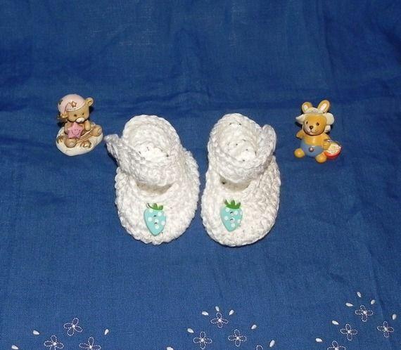 Scarpette bianche  realizzate ad uncinetto in cotone  con fragolina