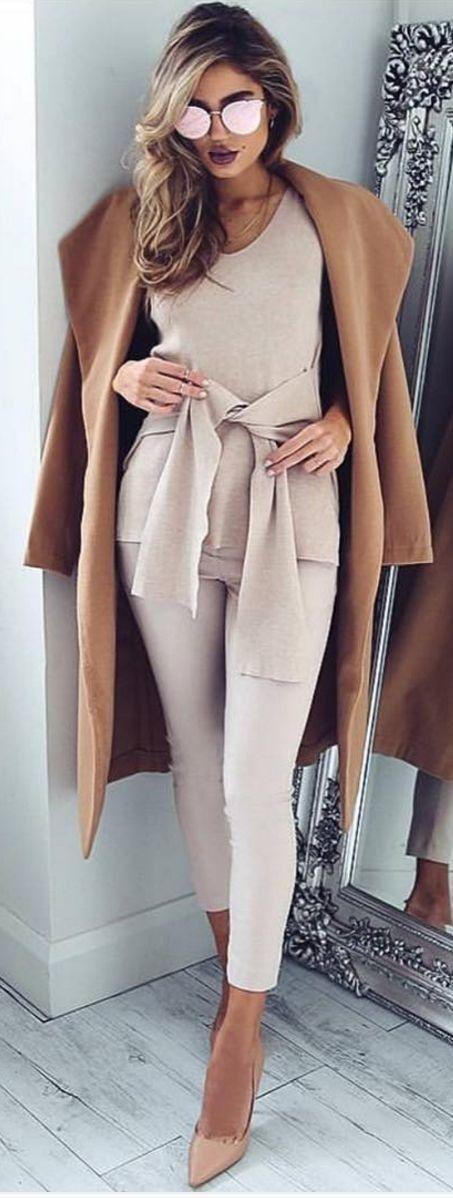 Nudes, beges e rosas clarinhos ficam um luxo usados em um mesmo look! O Scarpin Nude é item fundamental para esse tipo de look e o casaco bege, outro grande curinga para as produções de inverno. Tem Scarpin nude, perfeito, aqui - http://buyerandbrand.com.br/mododeusarmoda/?go=FE0p1K