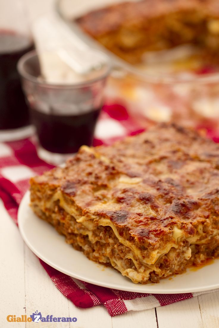 Lasagne alla bolognese: immancabili per il pranzo della domenica. [Lasagna with ragu' sauce]