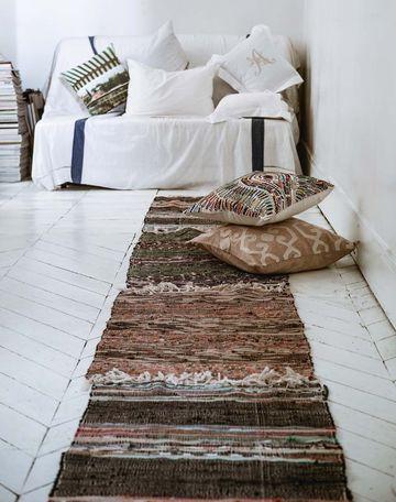 Carpet in a white room / tapis dans la chambre blanche   More photos http://petitlien.fr/relookingdecofacile