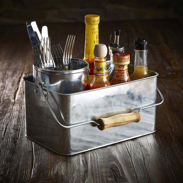 This Genware Galvanised Steel Rectangular Table Caddy is perfect for transporting condiments, sauce bottles or cutlery and napkins to the table.