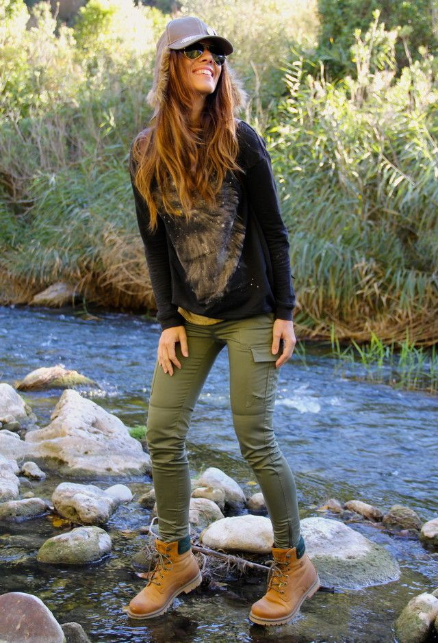 My version: black yoga mesh crewneck, olive skinnies, black work boots or hikers
