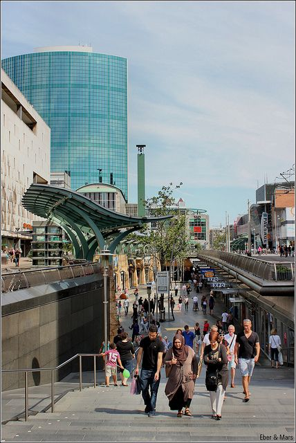"de Koopgoot Rotterdam / the shopping ""gutter"" in Rotterdam / la ""alcantarilla"" comercial en Rotterdam, via Flickr."