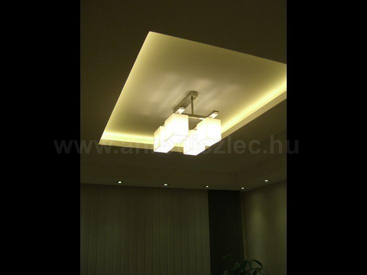 Konyha gipszkarton álmennyezettel.   A mennyezet közepén egy kocka burákból álló modern lámpatest világítja meg az asztalt.  A vacsorához, baráti beszélgetésekhez felhasználható intim fényerőről pedig kartonban végigfuttatott melegfehér LED csík gondoskodik.