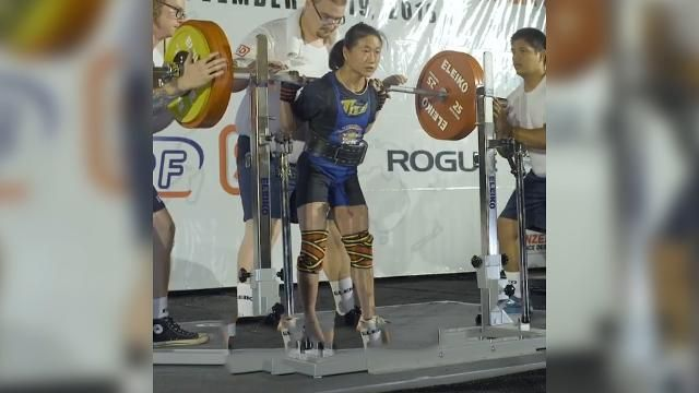 Female powerlifter breaks world record with 210kg squat.