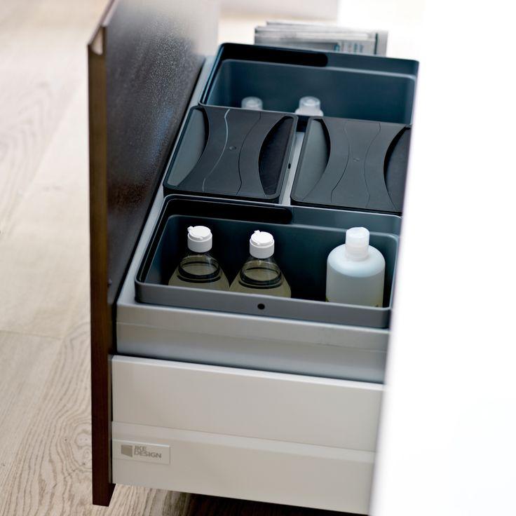 Sortering af affald giver et bedre miljø, god samvittighed og dejlig kompost til køkkenhaven.  Med JKE Design kan du sammensætte den affaldsløsning, der passer til dine behov. Få plads til både glas, pap og grønt under vasken eller få en ergonomisk løsning i bordhøjde ved siden af vasken.