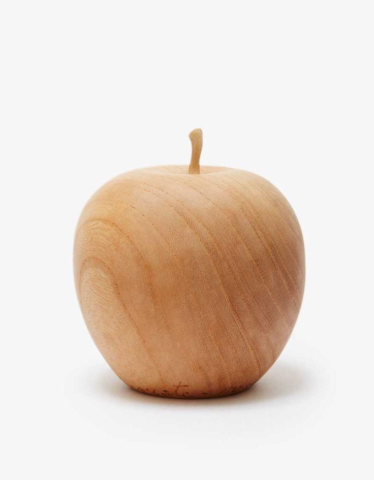 AUGUSTE-PRESENTATION(オーギュストプレゼンテーション)の『アロマポット(リンゴ)』は、新潟県燕三条の職人により一点一点ハンドメイドで製作されたアロマポット。家具にもよく使われる木目の美しいケヤキを使用し、オブジェとしてそのままでもインテリアに映える十分な存在感を発揮。ヘタの部分を取り外し、お好みのアロマオイルを入れることで香りを広げてくれる逸品。木材にオイルが染み込み、使用毎に経年変化が楽しめる。手仕事ならではのあたたかみのある作品は大切な方へのギフトとしてもおすすめ。・素材:WOOD 100%