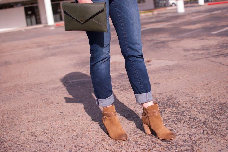 kut from the kloth boyfriend skinny jeans // booties // green envelope clutch // Cheers J