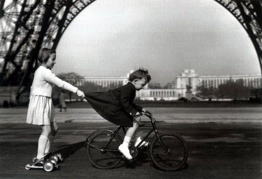 """Robert Doisneau, """"Le remorqueur du champ de mars"""", 1943"""