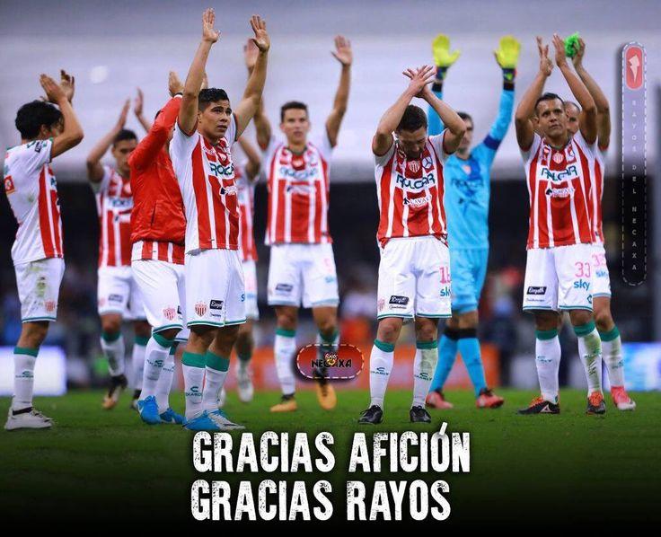 Rayos agradece a la afición el apoyo al final del partido. Necaxa Con el 1-0 de ayer rompió con más de 15 años sin  ganar en el Azteca.